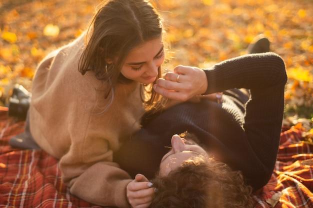 Gelukkig paar buitenshuis. openluchtportret van romantisch verliefd paar