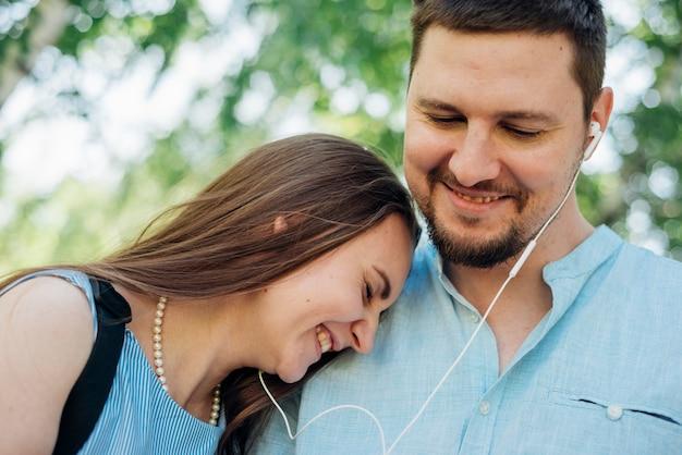 Gelukkig paar dat aan muziek luistert