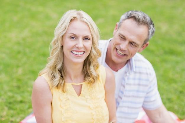 Gelukkig paar dat bij camera buiten glimlacht