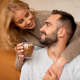 Gelukkig paar dat bij elkaar glimlacht