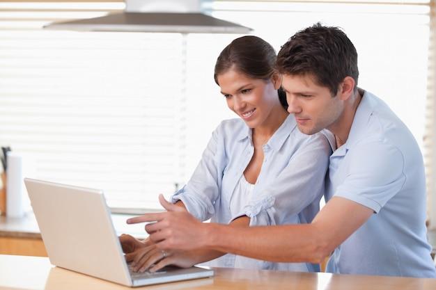 Gelukkig paar dat een notitieboekje gebruikt