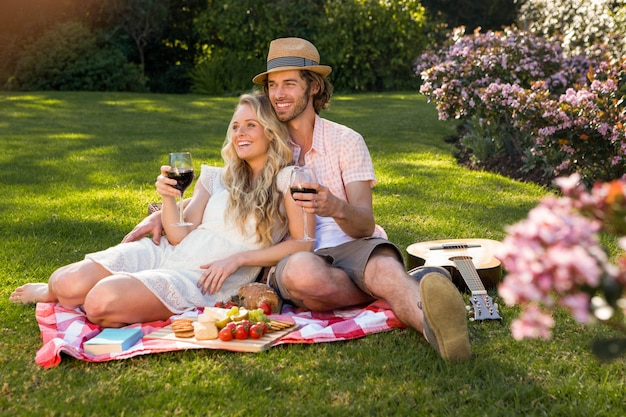 Gelukkig paar dat een picknick heeft en in de tuin omhelst