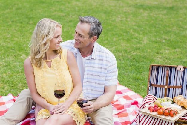 Gelukkig paar dat een picknick met buiten wijn heeft