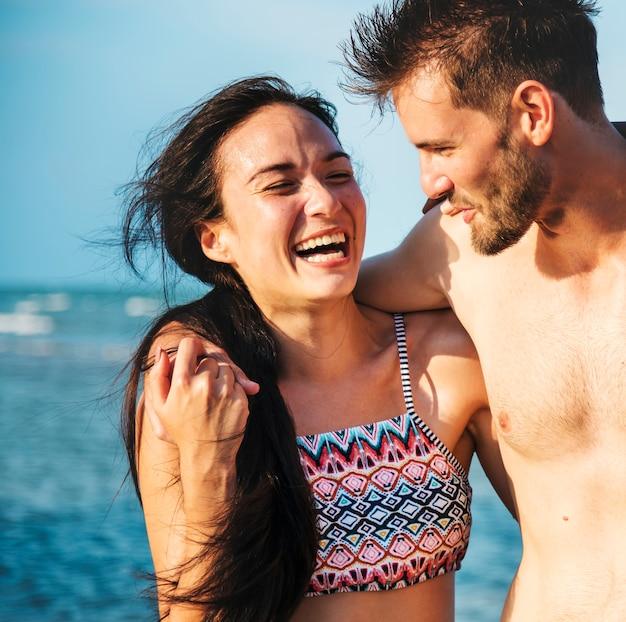 Gelukkig paar dat een romantisch ogenblik op het strand heeft