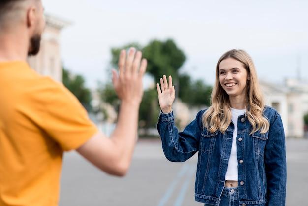 Gelukkig paar dat elkaar high five geeft