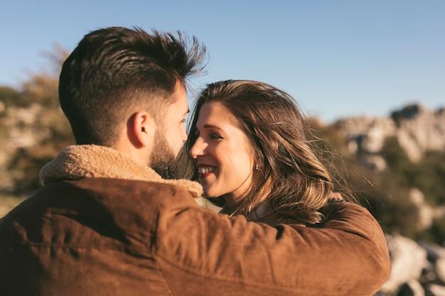 Gelukkig paar dat en elkaar omhelst bekijkt