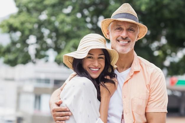 Gelukkig paar dat hoed draagt