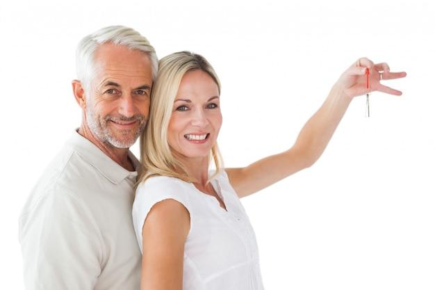 Gelukkig paar dat hun nieuwe huissleutel toont