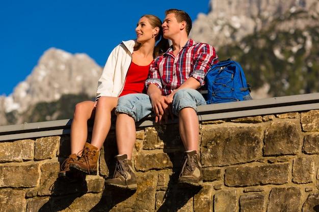 Gelukkig paar dat in alpbergen wandelt