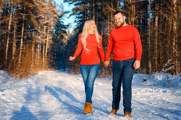 Gelukkig paar dat in het sneeuwbos loopt