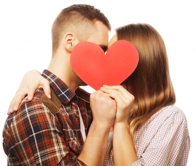 Gelukkig paar dat in liefde rood hart houdt.