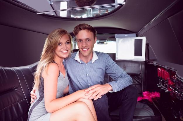 Gelukkig paar dat in limousine glimlacht