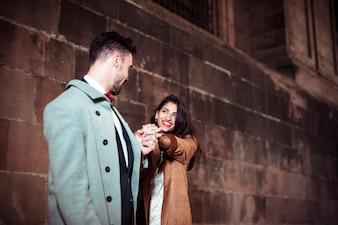 Gelukkig paar dat in straat danst