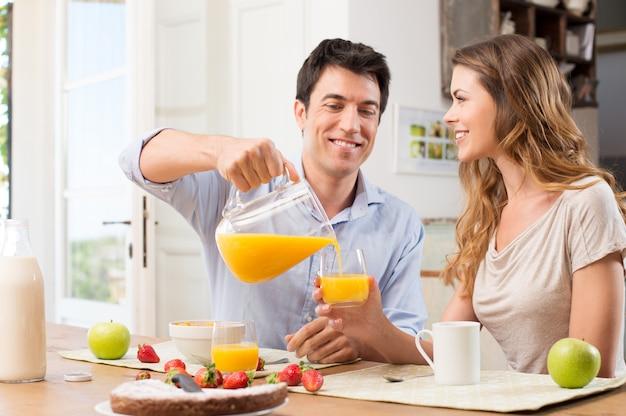 Gelukkig paar dat ontbijt heeft