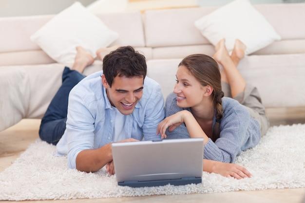 Gelukkig paar dat op internet surft