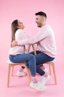 Gelukkig paar dat op stoelen lacht