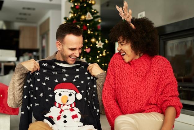 Gelukkig paar dat pret heeft met kerstmis