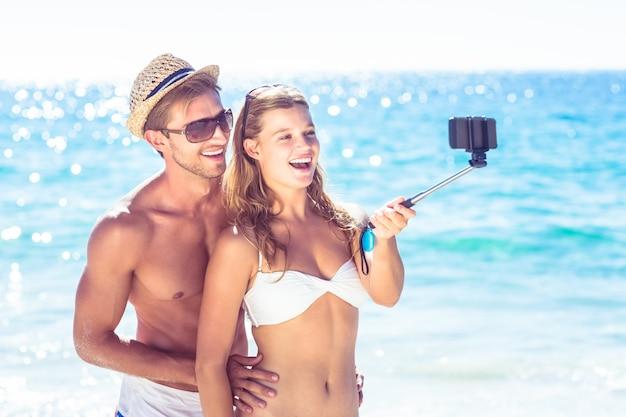 Gelukkig paar dat selfie met selfiestok neemt