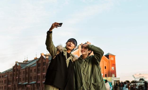 Gelukkig paar dat selfie middelgroot schot neemt