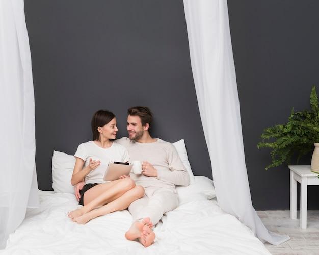 Gelukkig paar dat tablet bekijkt