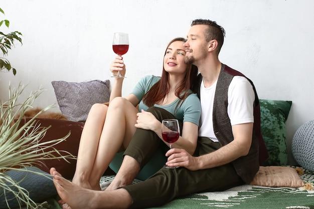 Gelukkig paar dat thuis wijn drinkt
