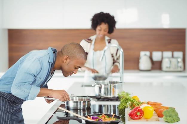 Gelukkig paar die maaltijd in de keuken voorbereiden