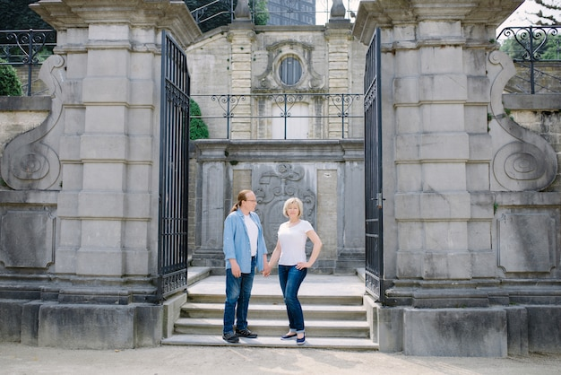 Gelukkig paar die op middelbare leeftijd in stad lopen