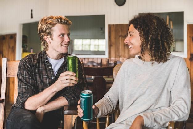 Gelukkig paar die van een drank in een houten cabine in canada genieten