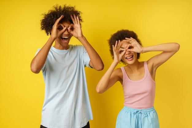 Gelukkig paar grappen door een bril met hun handen te maken