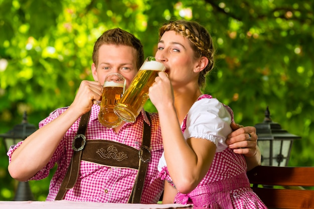 Gelukkig paar in biertuin het drinken bier