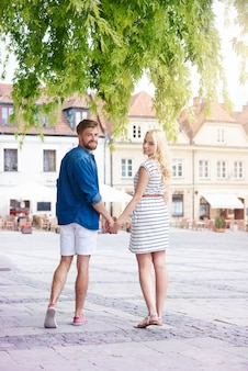 Gelukkig paar in de oude stad