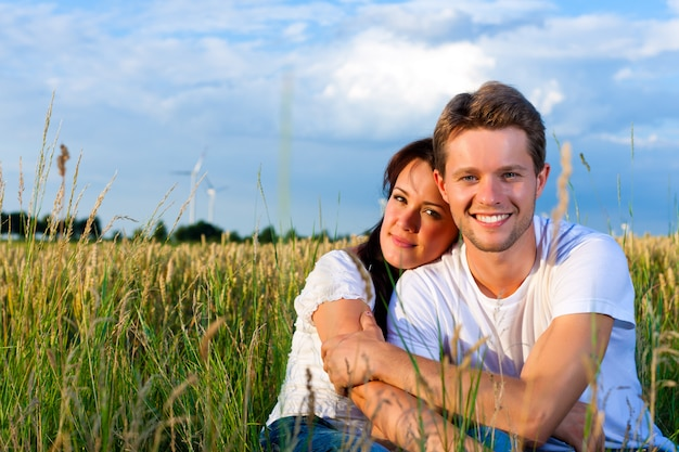 Gelukkig paar in de zomer in het gras van een weide