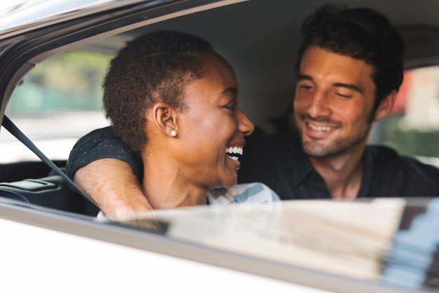 Gelukkig paar in een auto
