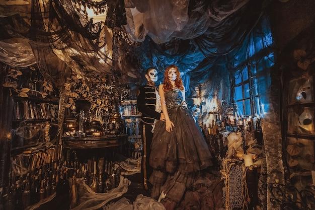 Gelukkig paar in halloween-kostuum en make-up. bloedig thema: de gekke maniakgezichten