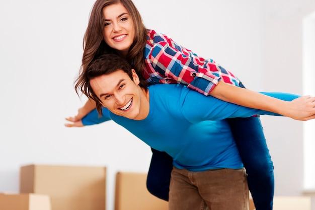 Gelukkig paar in nieuw appartement
