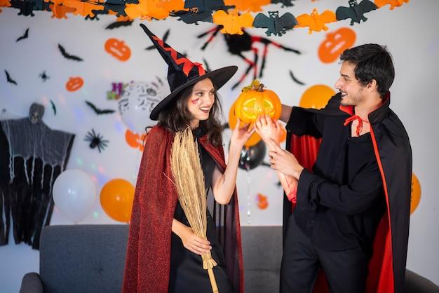 Gelukkig paar liefde in kostuums en make-up op een viering van halloween