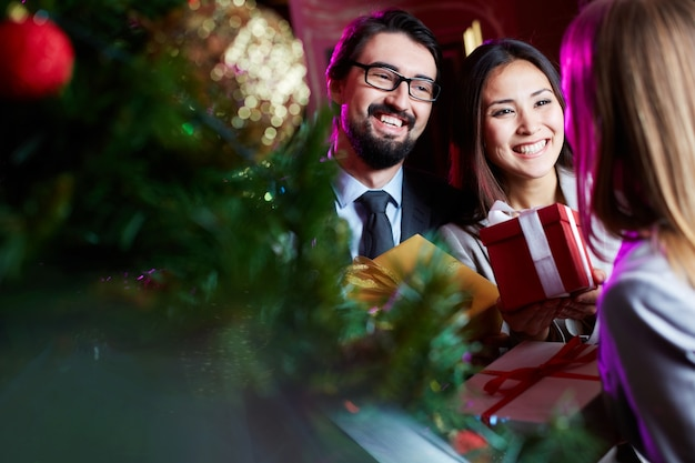 Gelukkig paar met geschenken