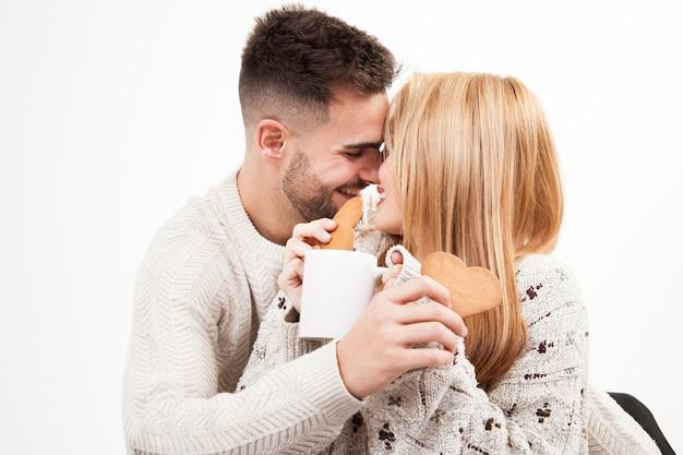 Gelukkig paar met koekjes en mok