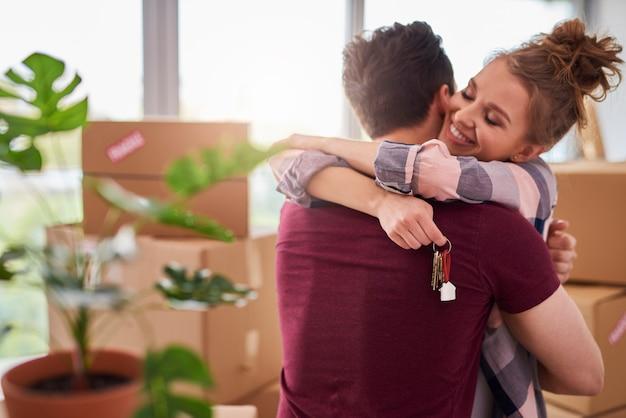 Gelukkig paar met sleutels van nieuw appartement