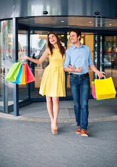 Gelukkig paar na een succesvol winkelen