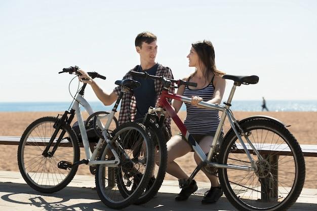 Gelukkig paar na het fietsen