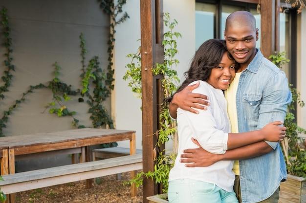 Gelukkig paar na het kopen van nieuw huis