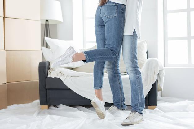 Gelukkig paar omarmt in hun nieuwe appartement. foto met kopieerruimte