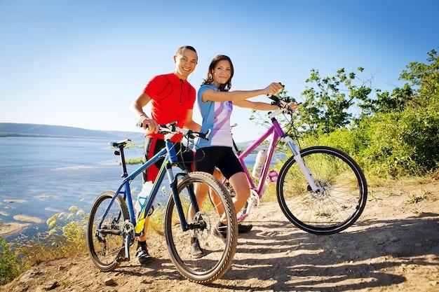 Gelukkig paar op fietsen sportfamilie