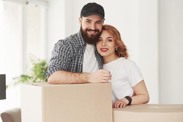 Gelukkig paar samen in hun nieuwe huis. conceptie van verhuizen