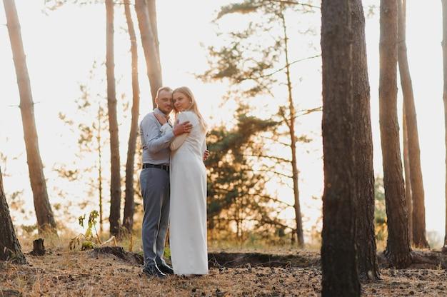 Gelukkig paar verliefd bij zonsondergang en glimlachend