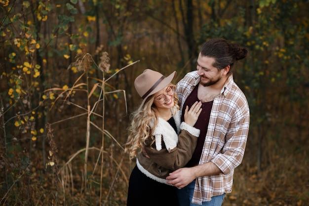 Gelukkig paar verliefd op een wandeling