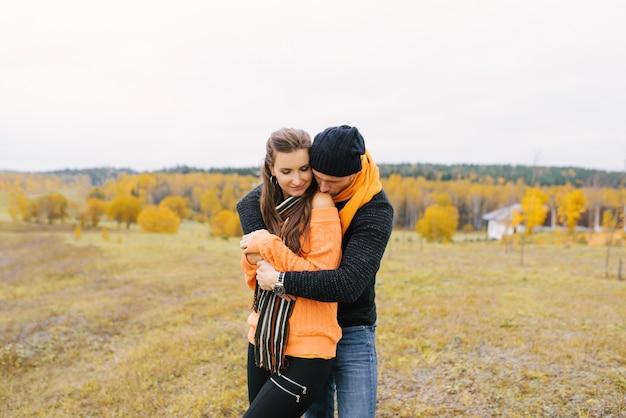 Gelukkig paar verliefd wandelen in het park op een zonnige herfstdag