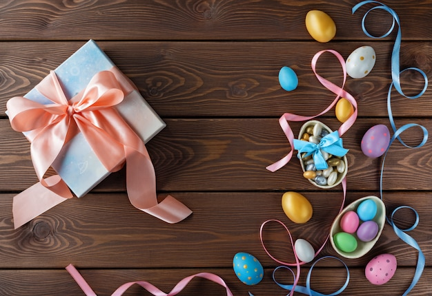 Gelukkig paaskaart. geschenkdoos met paaseieren. chocolade en gekleurde paaseieren met bogen van het kleurenlint