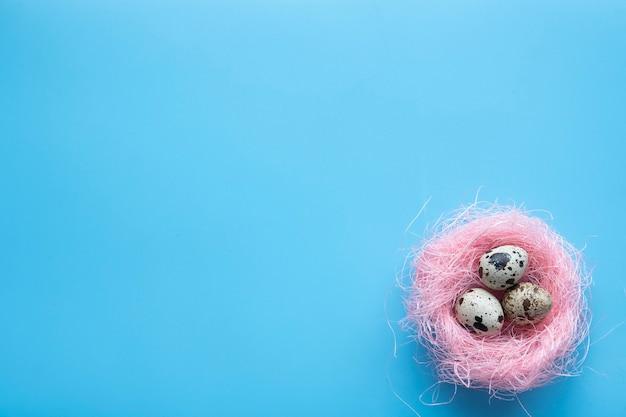 Gelukkig paaskaart met eieren in nest over hout